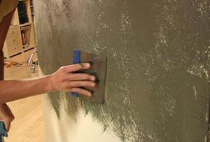 Процесс нанесения декоративной штукатурки на стены ванной комнаты