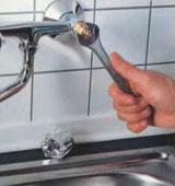 Процесс разбора смесителя в ванной комнате